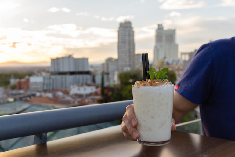 SUNSET-LOOKERS-coctel-Cocoa-con-whisky-coco-leche-y-sirope